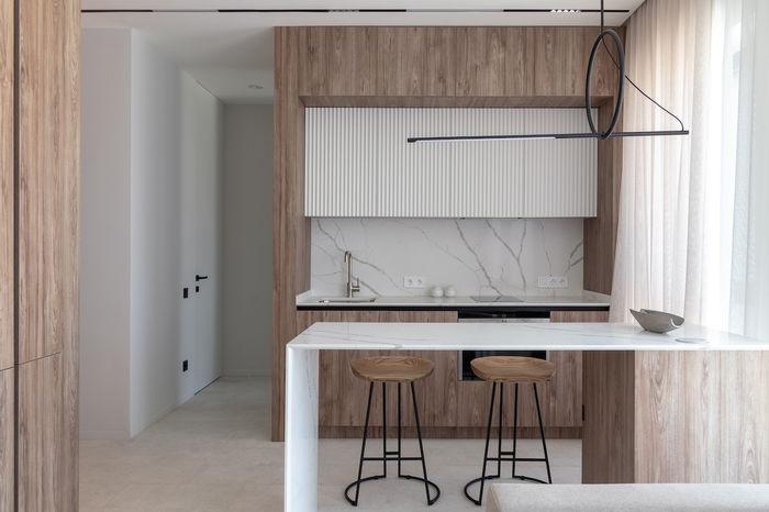 Кухню визуально зонирует барная стойка