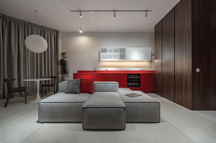 Серый низкий диван - центр притяжения