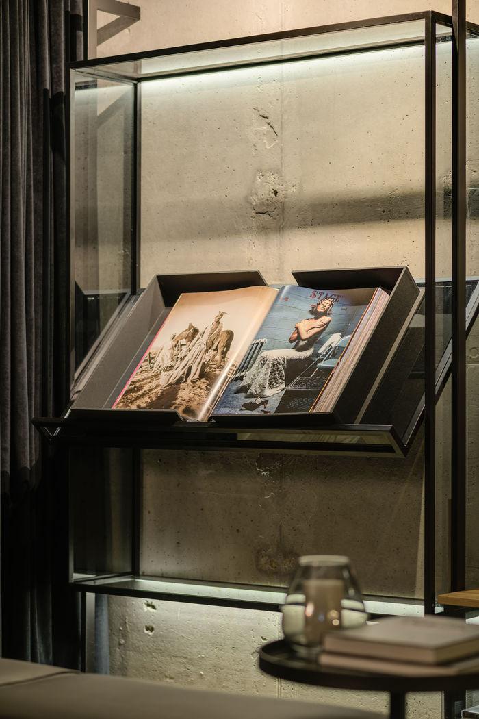 Серце квартири - кабінет власника з кутовим склінням.
