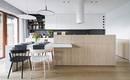 Теплый минимализм квартиры open space с яркими акцентами