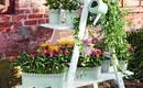 Не знаете, что делать со старой лестницей? Украсьте террасу или балкон!