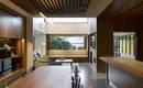 Холодная сталь и теплое дерево: современный дом на узком участке