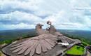 Огромная божественная птица над гигантской скалой в Индии