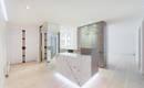 Белая квартира-холст с кухней в вестибюле и впечатляющей практичностью